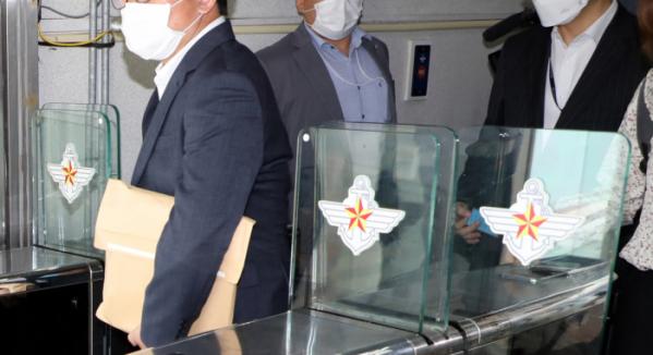 ▲추미애 법무부 장관 아들 서 모 씨의 특혜 휴가 의혹을 수사하고 있는 검찰 관계자들이 15일 오후 용산 국방부 민원실에서 나오고 있다. (연합뉴스)