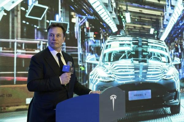 ▲일론 머스크 테슬라 최고경영자(CEO)가 1월 7일(현지시간) 중국 상하이 공장에서 생산된 첫 모델3 인도식에 참석해 연설하고 있다. 상하이/AP뉴시스