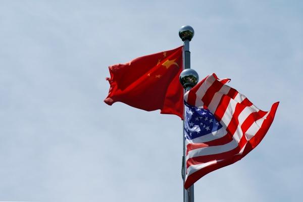 ▲중국 상하이에서 중국 오성홍기와 미국 성조기가 펄럭이고 있다. 상하이/로이터연합뉴스