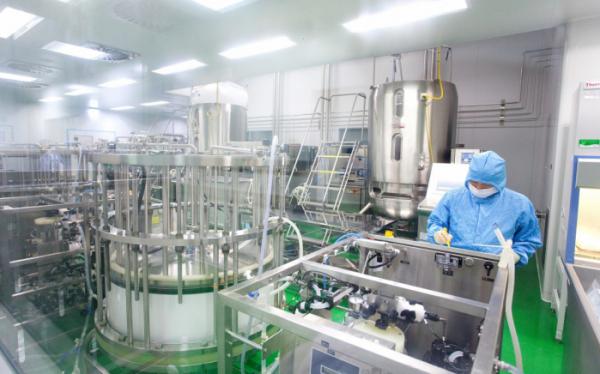 ▲SK바이오사이언스 연구원이 독감백신 생산을 위해 세포를 배양하고 있다. (사진제공=SK바이오사이언스)