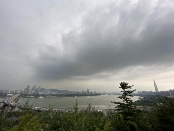 ▲먹구름 짙게 깔린 서울 (연합뉴스)