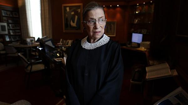 ▲미국 역사상 두번째 여성 대법관인 루스 긴즈버그는 항상 법복 위에 레이스 칼라를 입었다. 본래 법복은 넥타이를 잘 보이게 하기 위해 상의 일부가 보여지도록 디자인 됐다. 그는 넥타이가 아닌 레이스 칼라를 둘러 여성이라는 자신의 정체성을 드러냈다. (출처=루스 베이더 긴즈버그 : 나는 반대한다 스틸컷)