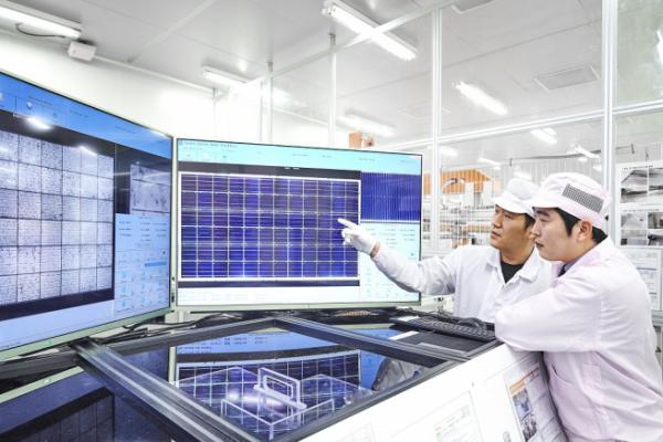 ▲신성이엔지 직원이 태양광 모듈을 검수하고 있다.