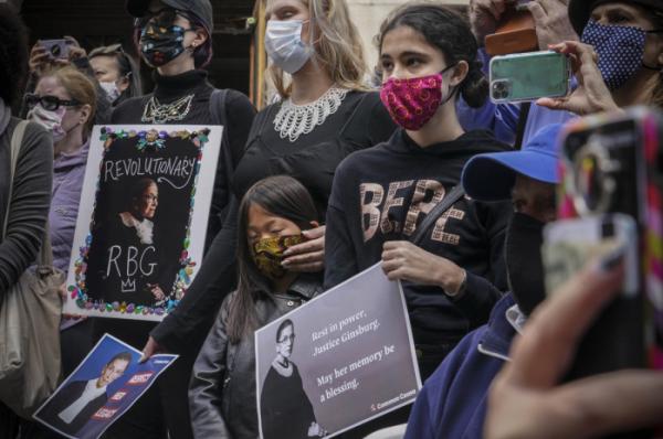 ▲루스 긴즈버그는 반대자에게 마녀, 괴물이라 불렸지만, 미국 밀레니얼 세대에게는 진보의 아이콘이자 영웅이었다. 사진은 20일(현지시간) 뉴욕 부르쿨린 시의회 건물 앞에서 열린 추모행사가 진행되고 있다. (AP/뉴시스)