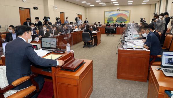 ▲21일 서울 여의도 국회에서 정무위원회 전체회의가 열리고 있다. (뉴시스)