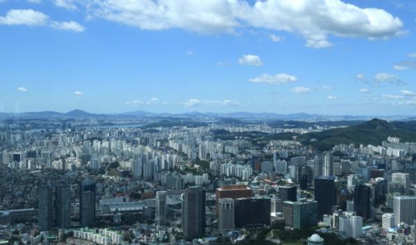 ▲완연한 가을날씨를 보인 13일 서울 남산서울타워에서 바라본 하늘이 푸르다. 신태현 기자 holjjak@ (이투데이DB)