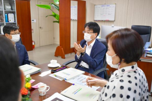 ▲손병환 NH농협은행장이 지난 25일 서울 용산구 콜센터를 방문해 직원들과 얘기하고 있다. (사진제공=NH농협은행)