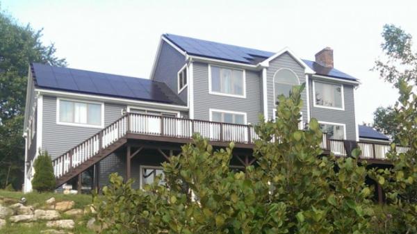 ▲미국 뉴햄프셔(New Hampshire) 주의 한 주택에 한화큐셀 태양광 모듈이 설치돼있다. (사진제공=한화큐셀)
