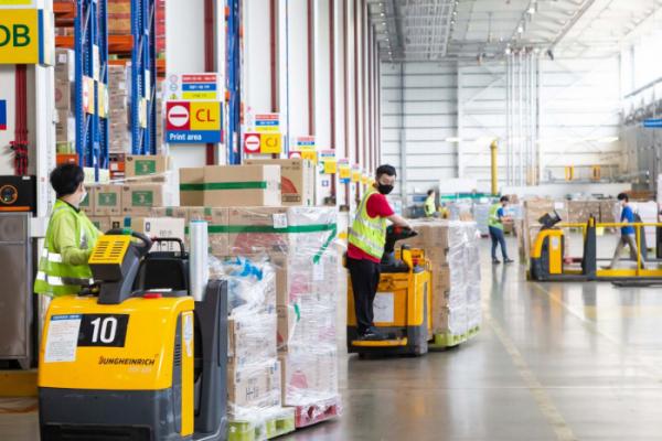 ▲홈플러스의 경기도 안성물류서비스센터에서 추석 선물세트 분류 작업이 이뤄지고 있다.  (사진제공=뉴시스)