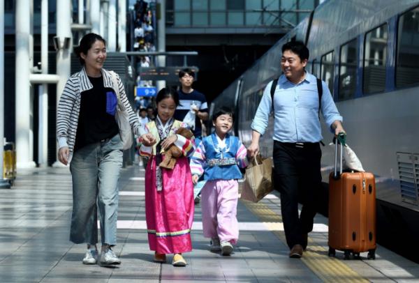 ▲지난해 추석 연휴를 하루 앞둔 11일 서울 용산구 서울역에서 한 가족이 고향으로 향하는 KTX에 오르고 있다. (이투데이DB)