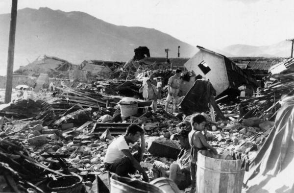 ▲1959년 9월 20일 부산 지역의 사라호 태풍 피해 현장. 풍비박산난 건물 잔해 사이로 한 남성이 망연자실한 채 앉아있다. (연합뉴스)