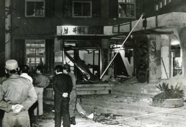 ▲1983년 9월 22일 밤 9시경 발생한 대구 미 문화원 폭발 사건 현장. 건물 입구가 형체를 알아보기 힘들 정도로 부서졌다.  (연합뉴스)