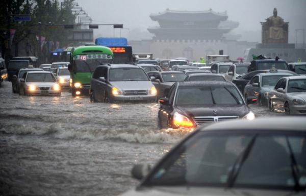 ▲2010년 9월 21일 추석 연휴 첫날 집중호우로 물이 불어난 광화문 거리를 차들이 힘겹게 지나가고 있다. (뉴시스)