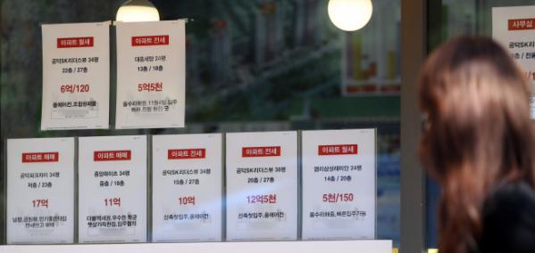 ▲서울 마포구 부동산 중개사무소 매물 정보란 앞으로 한 시민이 지나가고 있다.  (연합뉴스)