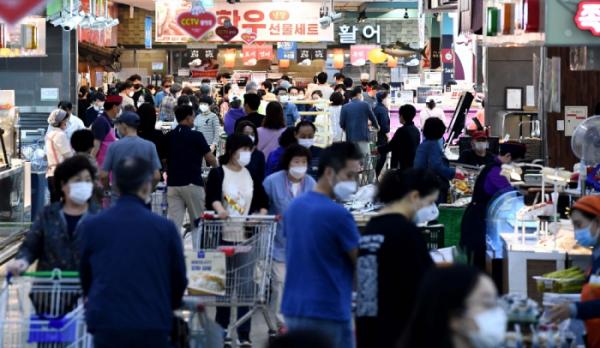 ▲추석 연휴를 사흘 앞둔 27일 서울의 한 대형마트가 제수용품을 구매하는 시민들로 붐비고 있다.  (신태현 기자 holjjak@)