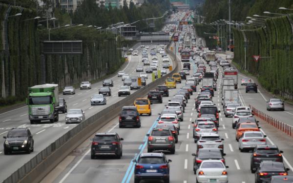 ▲지난해 추석 연휴 첫날인 12일 오전 경부고속도로가 차량들로 혼잡하다. (뉴시스)