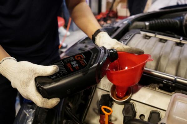 ▲자동차 보닛을 열어 엔진오일의 양을 확인할 수 있다. 시동을 끄고 엔진의 열을 식힌 뒤 엔진 옆에 있는 엔진오일 게이지를 사용하면 된다.  (사진제공=불스원)