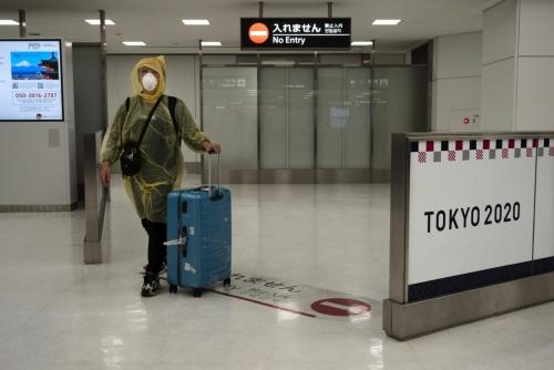 ▲일본 도쿄 나리타 국제공항에서 4월 2일(현지시간) 한 탑승객이 우비와 마스크, 고글을 쓴 채 입국장으로 들어오고 있다. 니혼게이자이신문은 한국과 일본 정부가 이번 주 안에 사업 목적의 입국을 허용할 것이라고 전했다. 도쿄/AP뉴시스