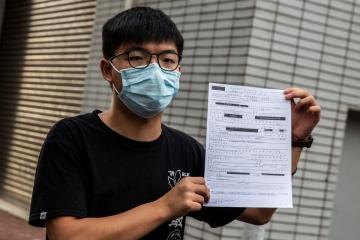 ▲지난달 24일 불법집회 및 복면금지법 위반 혐의로 경찰에 체포됐던 홍콩 민주화 운동가 조슈아 웡이 석방된 뒤 보석 문서를 들어보이고 있다. 홍콩/AFP연합뉴스