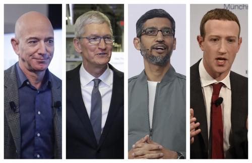 ▲미국 거대 IT 기업들이 의회의 강한 반독점 압박에 직면했다. 미 하원 법사위 산하 반독점 소위원회는 6일(현지시간) IT 대기업에 대한 규제 강화를 제안했다. 왼쪽부터 제프 베이조스 아마존 최고경영자(CEO), 팀 쿡 애플 CEO, 순다르 피차이 구글 CEO, 마크 저커버그 페이스북 CEO. AP뉴시스