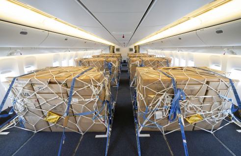 ▲ 개조작업이 완료된 대한항공 보잉 777-300ER 내부에 화물을 적재하는 모습.  (사진제공=대한항공)