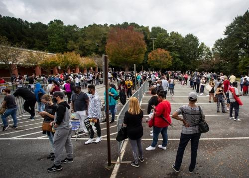 ▲12일(현지시간) 미국 조지아주의 마리에타에 위치한 사전투표장을 찾은 사람들이 길게 줄을 서 있다. 조지아/AP연합뉴스