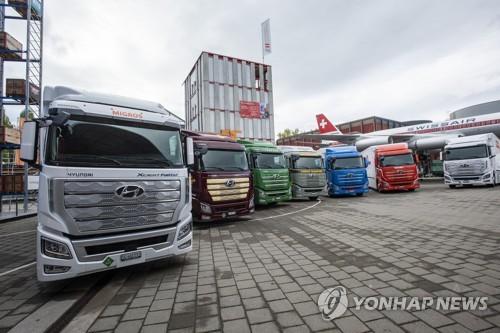 ▲현대차가 지난 7일(현지시간) 스위스 루체른에서 유럽으로 수출한 '엑시언트 수소전기트럭(XCIENT Fuel Cell)' 현지 전달식을 통해 고객사들에게 인도했다고 밝혔다.사진은 현대자동차 '엑시언트 수소전기트럭' 7대가 고객인도 전달식을 위해 스위스 루체른 교통박물관 앞에 서 있는 모습.
