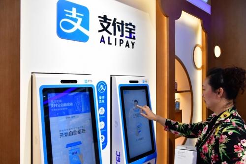 ▲중국 항저우에서 한 시민이 1월 10일 알리페이의 안면인식 기술을 이용해 약국에서 약품을 사고 있다. 항저우/신화뉴시스