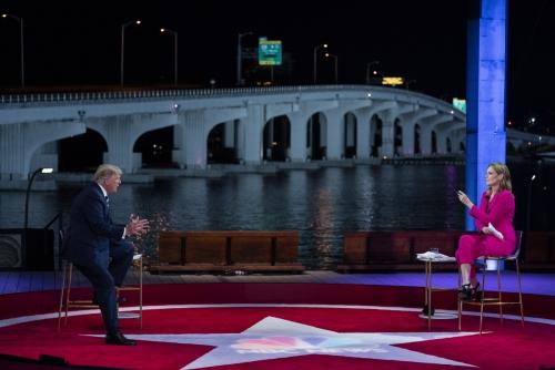 ▲도널드 트럼프 미국 대통령이 플로리다주 마이애미의 페레즈 미술관에서 15일(현지시간) 열린 NBC방송과의 타운홀 행사에 참석해 진행자 서배너 거스리의 질문에 답하고 있다. 마이애미/AP연합뉴스