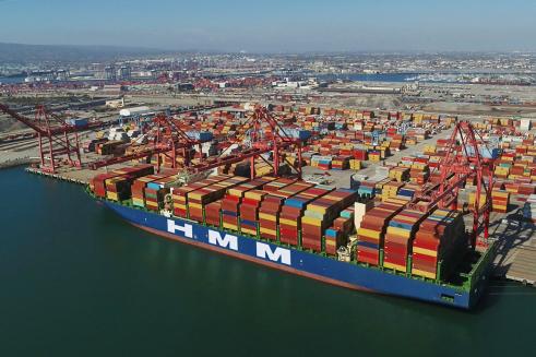 ▲HMM 컨테이너선이 미국 LA 롱비치항에서 하역 작업을 하고 있다. (사진제공=HMM)