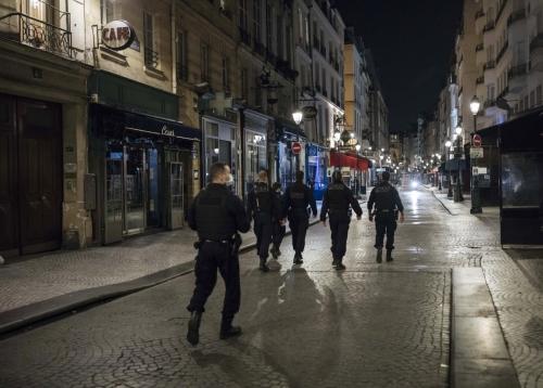 ▲17일(현지시간) 통행금지령이 내려 한산한 프랑스 파리 시내를 경찰들이 순찰하고 있다. 파리/AP연합뉴스