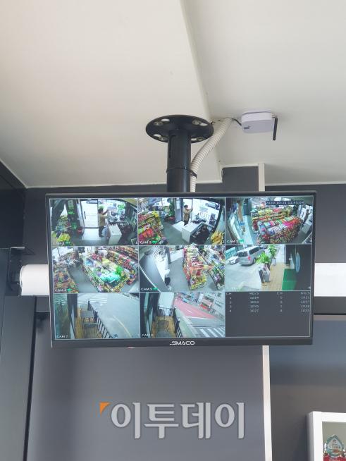 ▲스마트슈퍼 내·외부를 비추는 CCTV다. 총 12대가 설치돼 있다고 하며 가게의 구석구석을 비추고 있다.  (윤상호 인턴기자 shark9694@)