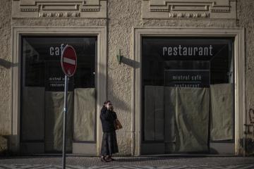 ▲한 여성이 21일(현지시간) 체코 프라하의 문 닫힌 레스토랑 앞에서 마스크를 고쳐 쓰고 있다. 프라하/EPA연합뉴스