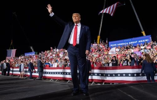 ▲도널드 트럼프 미국 대통령이 21일(현지시간) 노스캐롤라이나 유세에서 손을 흔들고 있다. 노스캐롤라이나/AFP연합뉴스