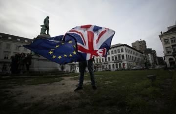 ▲유럽연합(EU) 지지자가 1월 30일(현지시간) 벨기에 브뤼셀에서 영국과 EU 깃발을 펼쳐보이고 있다. 브뤼셀/AP연합뉴스