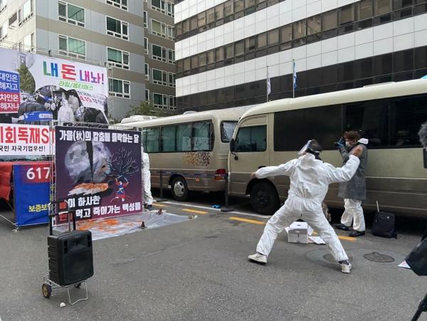 ▲24일 보수단체 자유민주주의연합이 서울 여의도 더불어민주당사 앞에서 연 '사회주의 부동산 정책 반대, 6.17 악법 철폐' 시위에서 한 참가자가 정부에 항의한다는 뜻으로 홍시를 던지고 있다. 문수빈 기자 bean@