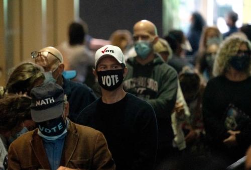 ▲미국 뉴욕시에서 사전 투표 첫 날 사람들이 투표를 하기 위해 매디슨스퀘어가든에 길게 줄 서 있다. 뉴욕/AFP연합뉴스