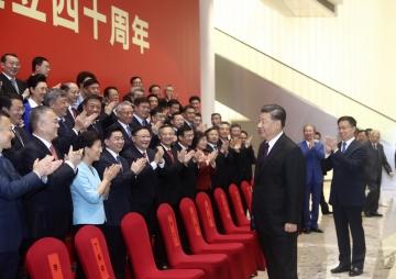 ▲시진핑 중국 국가주석이 14일 광둥성 선전에서 개최된 선전경제특구 40주년 경축 행사에서 참석자들과 인사하고 있다. 선전/AP연합뉴스