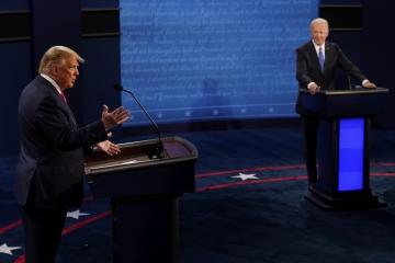 ▲널드 트럼프(왼쪽) 미국 대통령이 22일(현지시간) 미 테네시주 내슈빌의 벨몬트대에서 조 바이든 민주당 후보와 미 대선 최종 토론을 하고 있다. 내슈빌/AP뉴시스