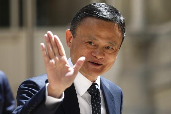 ▲마윈 중국 알리바바그룹홀딩 설립자가 지난해 5월 15일(현지시간) 프랑스 파리에서 열린 한 IT 콘퍼런스 회장에 도착해 손을 들어 인사하고 있다. 파리/AP뉴시스