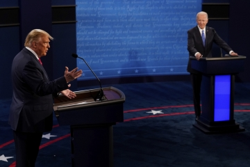 ▲도널드 트럼프(왼쪽) 미국 대통령이 22일(현지시간) 미 테네시주 내슈빌의 벨몬트대에서 조 바이든 민주당 후보와 미 대선 최종 토론을 하고 있다. 내슈빌/AP뉴시스