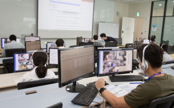 ▲실시간으로 온라인 GSAT 원격 감독하는 삼성전자 직원들.  (사진제공=삼성전자)