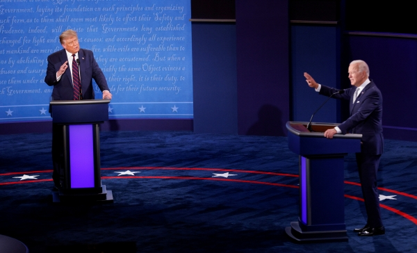 ▲도널드 트럼프(왼쪽) 미국 대통령과 조 바이든 민주당 대선 후보가 지난달 29일(현지시간) 오하이오주 클리블랜드에서 대선 첫 TV토론을 하고 있다. 클리블랜드/로이터연합뉴스