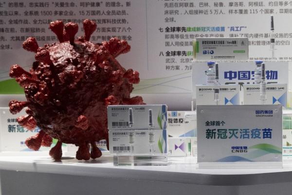 ▲중국 국유 제약회사 시노팜(중국 의약 집단) 계열의 중국생물(CNBG)이 개발한 신종 코로나바이러스 감염증(코로나19) 백신 샘플이 베이징에서 열리는 무역박람회에서 코로나19 3D 모형 옆에 전시되고 있다. 사진은 기사의 특정 내용과 관계 없음 .  (베이징/AP연합뉴스)