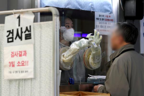 ▲7일 서울 영등포구 보건소에 마련된 선별진료소에서 시민들이 코로나19 검사를 받고 있다.  (뉴시스)