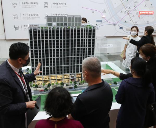 ▲올해 6월 서울 신설동 한 견본주택에서 청약 희망자들이 모형 주택을 둘러보고 있다. (뉴시스)