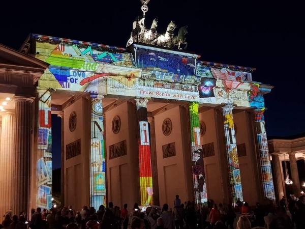 ▲지난달 12일 독일 통일 30주년 기념으로 열린 베를린 빛 축제에서 통일의 상징물인 브란덴부르크문 기둥에 'united'가 빛으로 새겨지고 있다.   베를린/연합뉴스