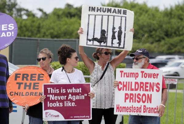 ▲미국 플로리다주에서 지난해 7월 시위대가 부모와 떨어진 채 구금된 이민가정 아동들에 대한 정부 정책에 항의하고 있다.  플로리다/AP뉴시스