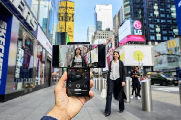 ▲LG전자가 현지시간 15일 전략 스마트폰 'LG 윙(LG WING)'을 미국 시장에 본격 출시했다. 뉴욕 타임스스퀘어 광장에서 모델이 LG 윙을 소개하고 있다. (사진제공=LG전자)