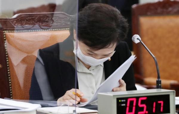▲김현미 국토교통부 장관은 16일 정부세종청사에서 열린 국토교통부에 대한 국정감사에서 가수 나훈아의 노래 '테스형'이 울려퍼지자 웃음을 터뜨렸다.  (사진 제공=연합뉴스)